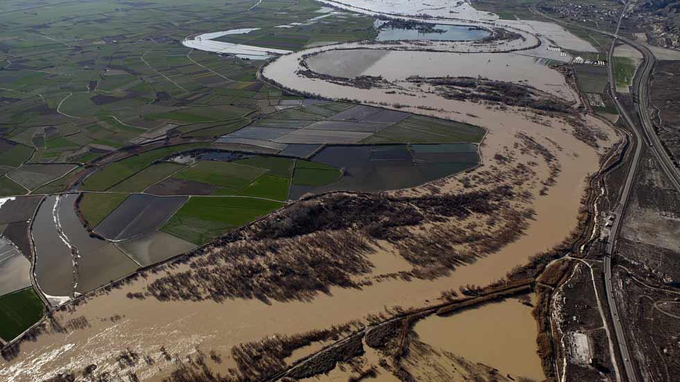 El río Ebro lleva un caudal de casi 2.500 metros cúbicos por segundo