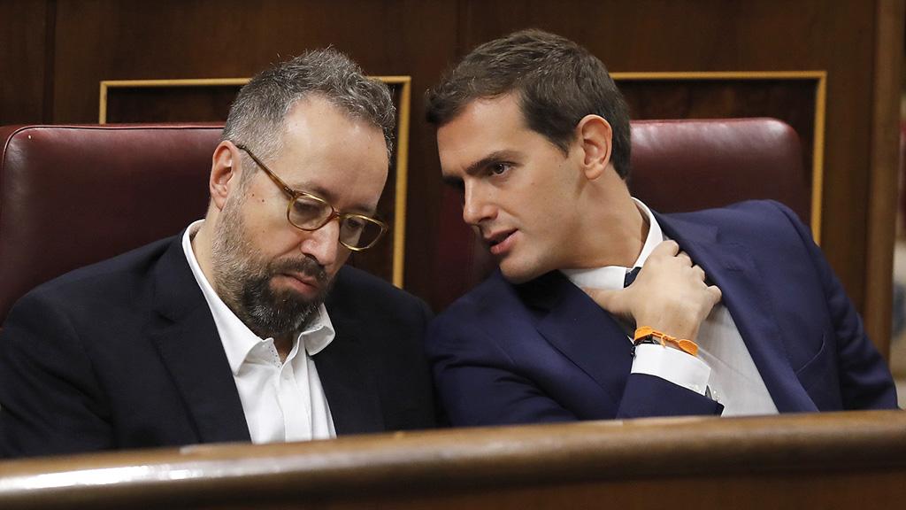 """Rivera murmura """"vaya gilipollas"""" a Iglesias tras una alusión"""