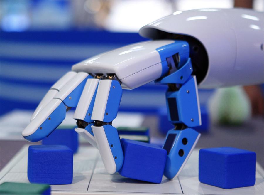 Un robot que juega a las tres en raya y ayuda a la gente