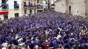 """Cientos de tambores """"rompen la hora"""" en el municipio turolense de Calanda"""