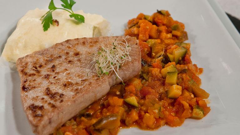 Receta de at n con pisto y puerros gratinados - Cocinar pescado congelado ...