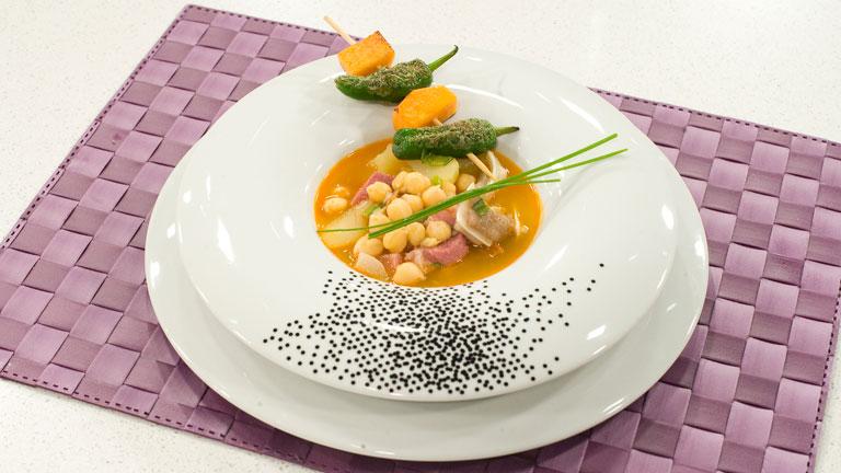 Receta de garbanzos con oreja y brocheta de verduras for Cocinar oreja de cerdo
