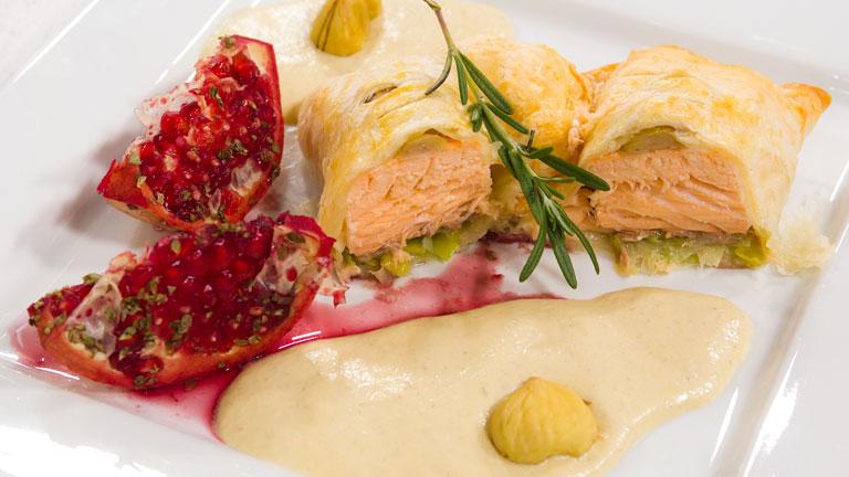 Receta de salm n hojaldrado con espuma de setas y gajos de for Cocinar salmon