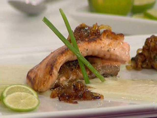 Salm n a la plancha con cebolla caramelizada y crema de for Como cocinar salmon plancha