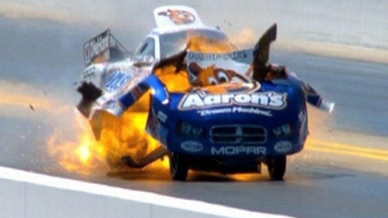 Sale ileso tras explotar su coche en plena carrera