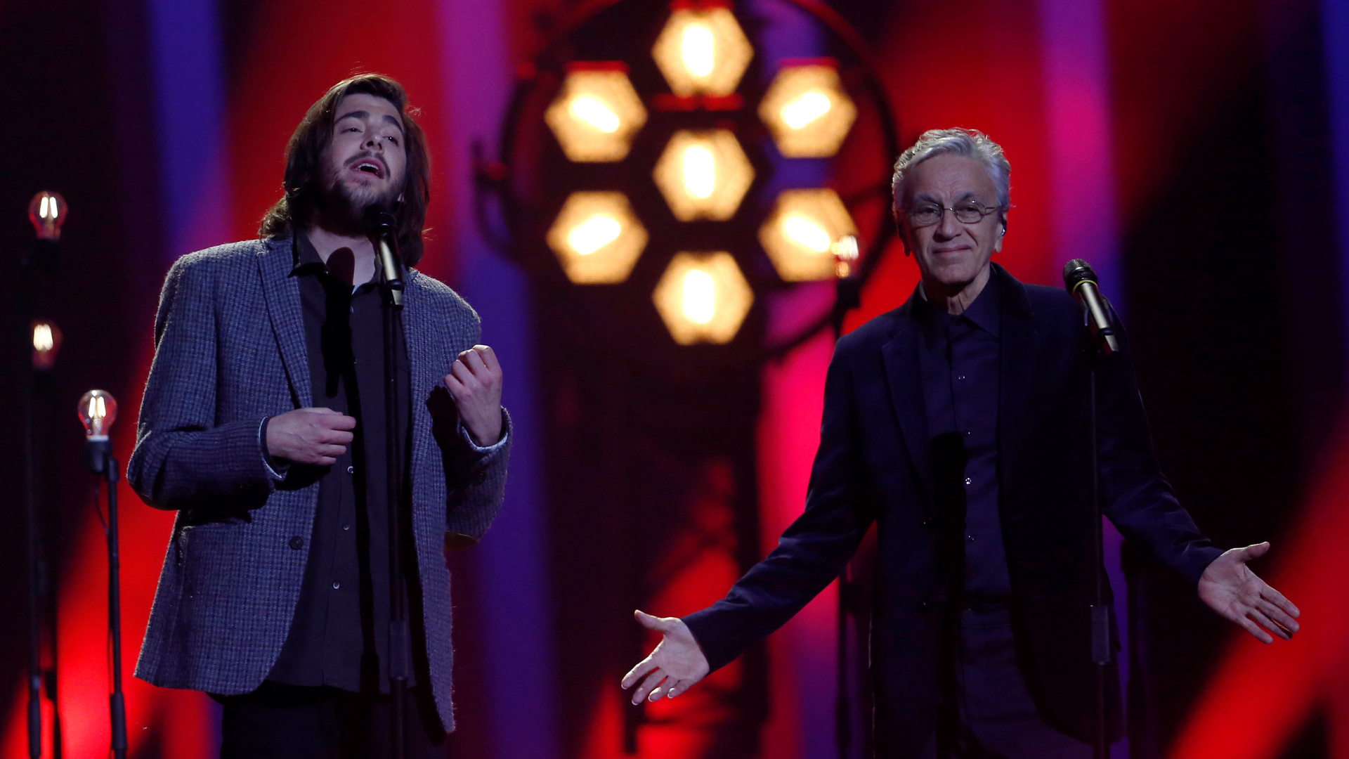 """Eurovisión - Salvador Sobral canta """"Amar pelos dois"""" con Caetano Veloso"""