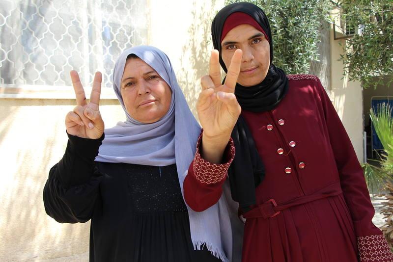 Sana (d), la palestina que quiere morir en la Franja de Gaza, junto a su madre