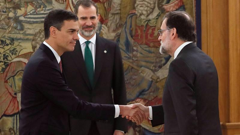 Sánchez y Rajoy se saludan en la toma de posesión del nuevo presidente.