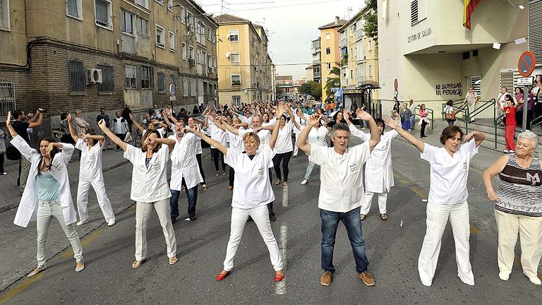 """Sanitarios de Granada protestan con un """"flashmob"""" por los recortes"""