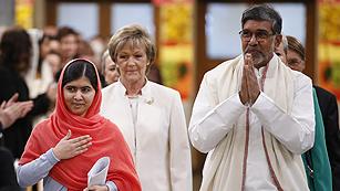 Malala y Satyarthi reciben el premio Nobel de la Paz y urgen a actuar en favor de la educación