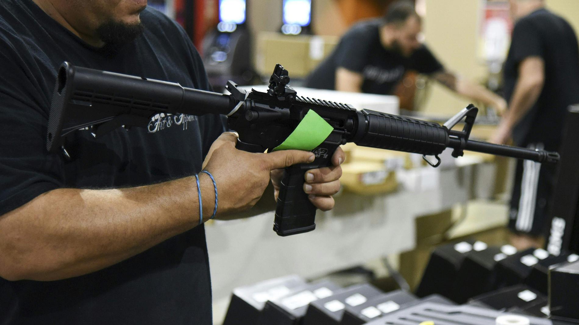 Se rifa fusil de asalto AR-15 para viaje escolar: EE.UU., entre la indignación y la afición a las armas