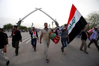Los seguidores del líder chií Muqtada al Sadr se retiran de la Zona Verde de Bagdad