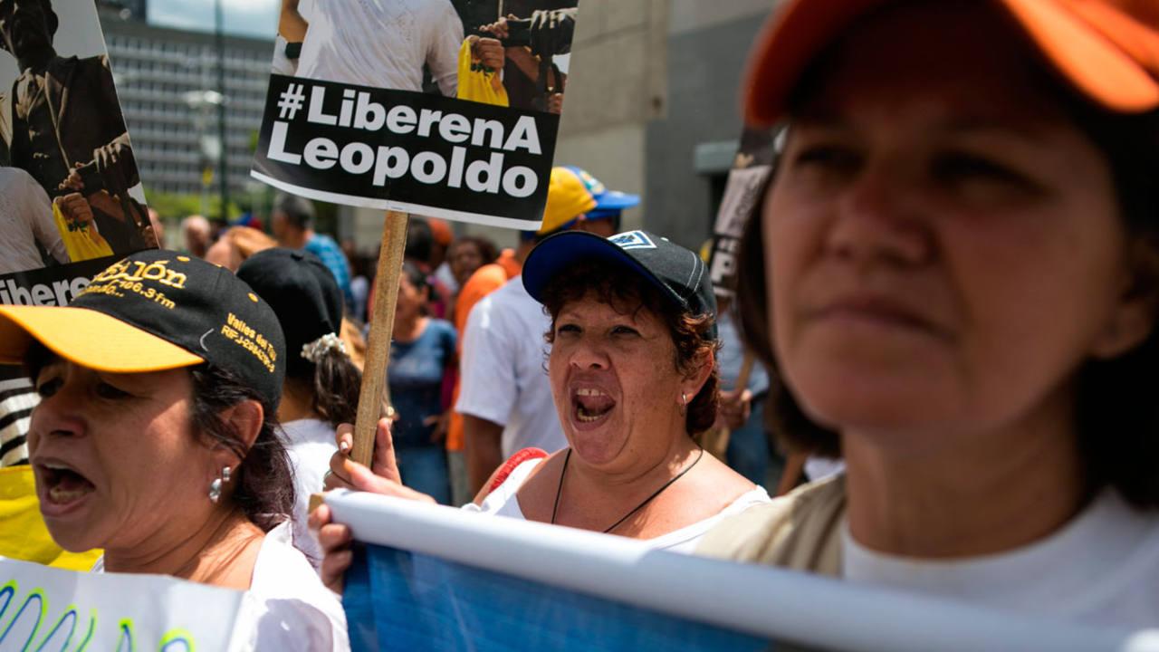 Seguidores del opositor venezolano Leopoldo López, gritan consignas y se manifiestan con pancartas frente al palacio de Justicia donde se espera que se dicte sentencia en su caso.