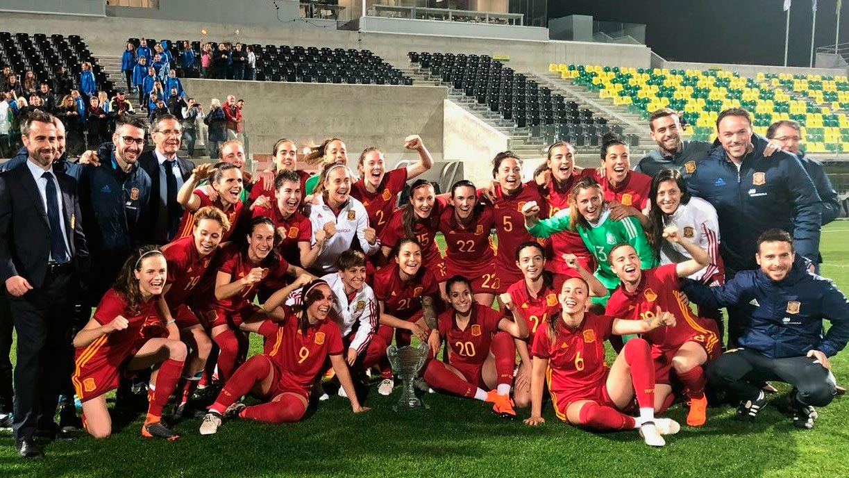 La selección española femenina regresa triunfal de Chipre