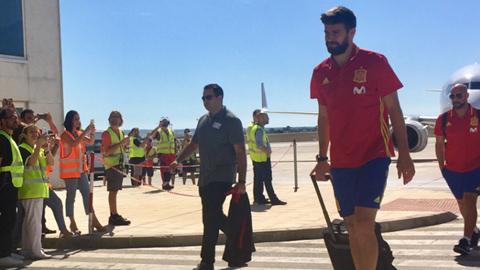 La selección llega a Alicante con Piqué en el centro de la atención