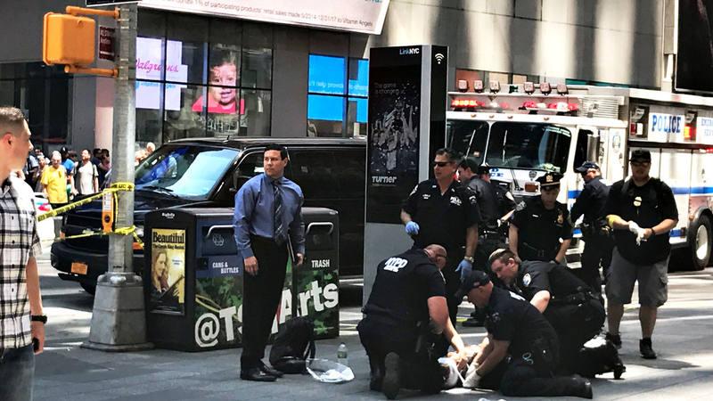 Los servicios de emergencia atienden a una de las personas atropelladas en Times Square