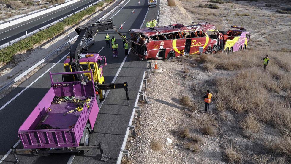 El autobús siniestrado en Cieza dejó marcas de frenado en el stop que se saltó antes de volcar