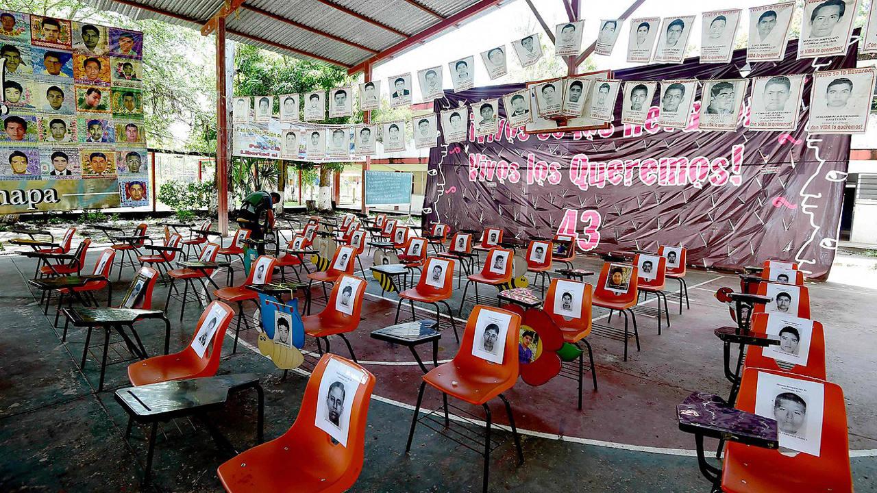 Sillas vacías recuerdan a los 43 estudiantes desaparecidso en la Escuela Normal Rural