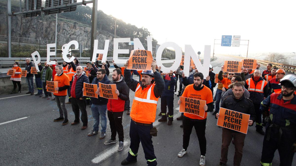 Los sindicatos y Alcoa alcanzan un preacuerdo que mantendrá el empleo hasta junio