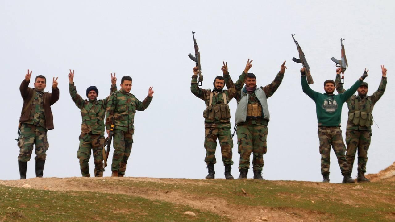 Soldados gubernamentales sirios festajan haber tomado el control del pueblo de Kiffin, al norte de Alepo