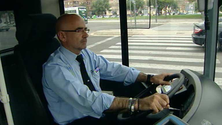 Un conductor de autobuses urbanos ha salvado la vida a una pasajera que se puso enferma