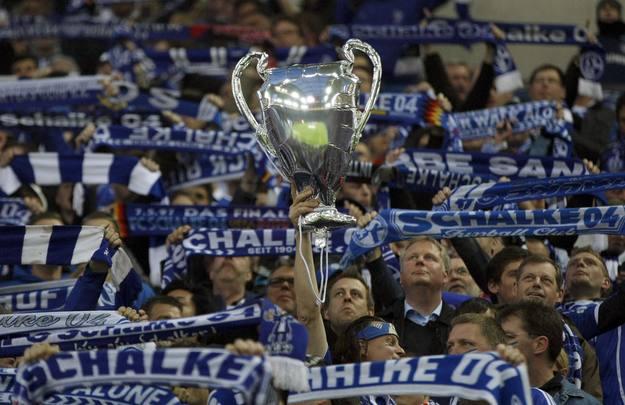 Los aficionados del Schalke 04 sueñan con la Champions League.