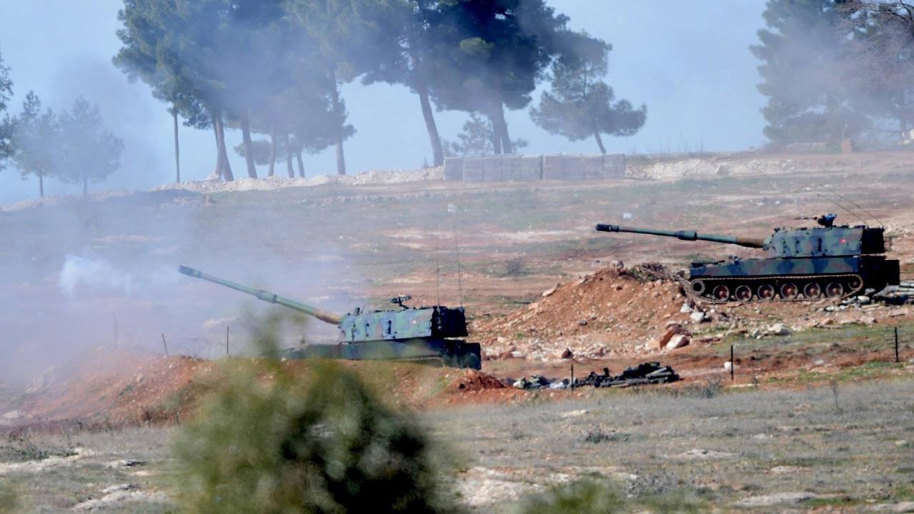 Tanques turcos disparan, el 16 de febrero de 2016, en dirección a Siria desde posiciones en Oncupinar, cerca de la ciudad de Kilis, en el centro sur de Turquía. AFP / BULENT KILIC