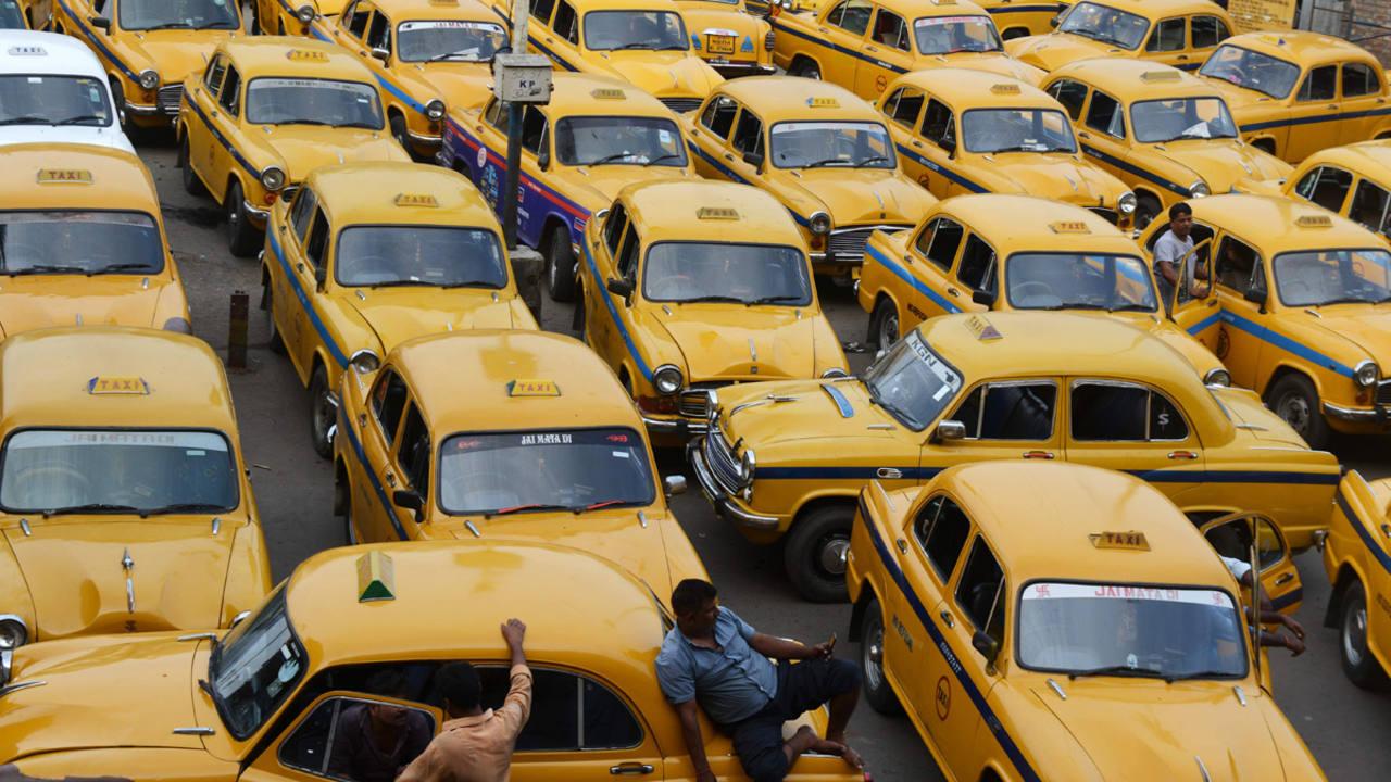 Taxis esperan en la estación de Calcuta durante la jornada de huelga general en la India