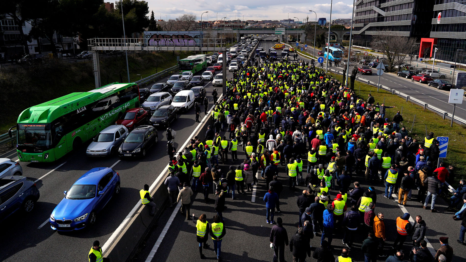 Los taxistas de Madrid vuelven a bloquear calles y carreteras para exigir la regulación de los VTC