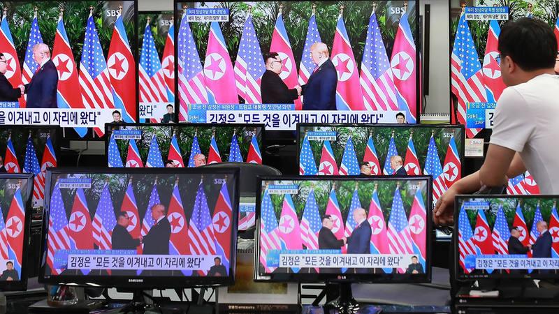La televisión coreana repite las imágenes del apretón de manos entre Donald Trump y Kim Jong-un durante la cumbre en Singapur