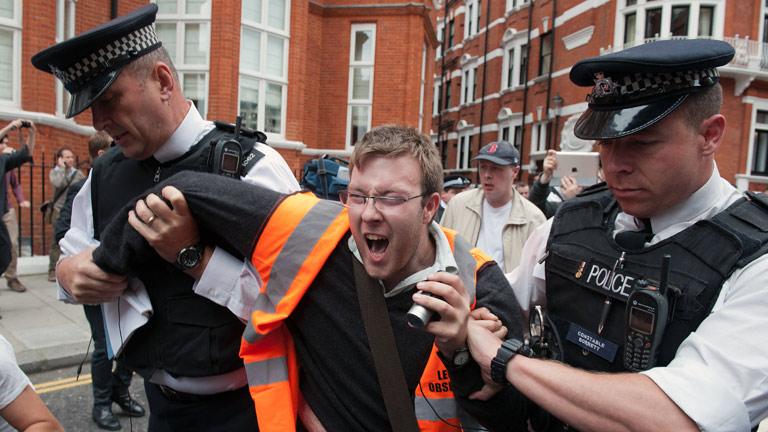 Tensión ante la embajada de Ecuador en Londres ante la inminente decisión sobre Assange