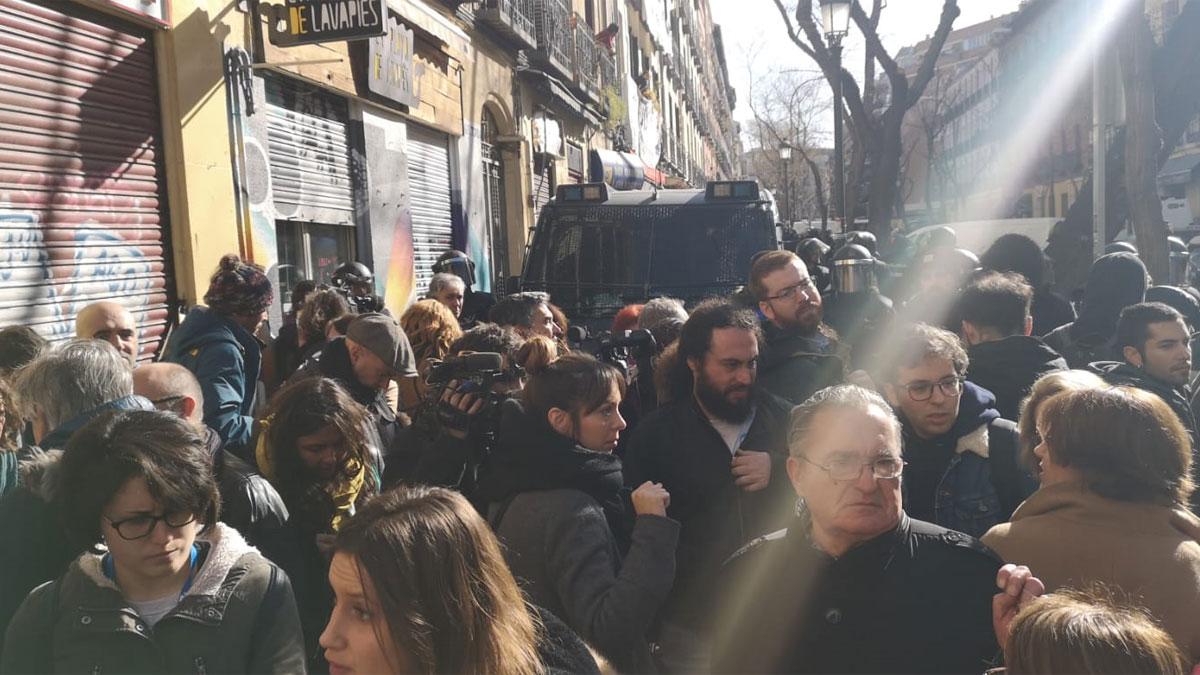 Tensión entre activistas y Policía en el intento de paralizar varios desahucios en Madrid