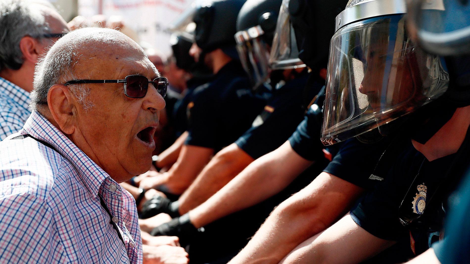 Tensión entre pensionistas y la Policía a las puertas del Congreso