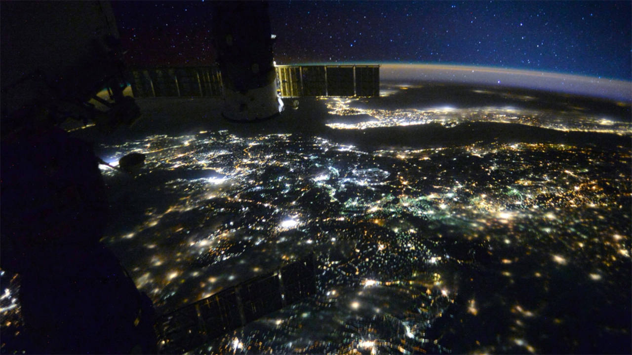 La Tierra de noche, iluminada por la luz de las ciudades. (SCOTT KELLY)