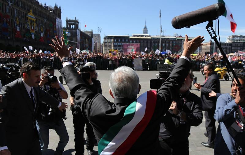 Andrés Manuel López Obrador saluda a la gente congregada frente al Palacio Nacional.