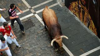 Un toro se adelanta durante los primeros minutos del encierro