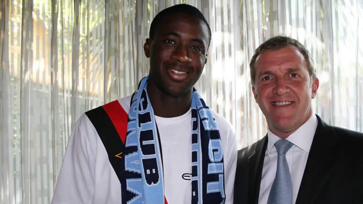 Touré Yayá posa con la bufanda del Manchester City.