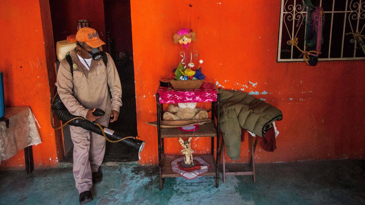 Un trabajador municipal fumiga una vivienda en Acapulco, México