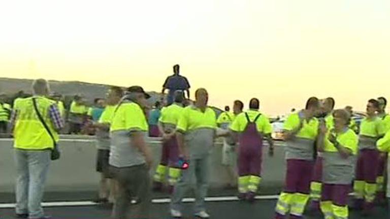 Trabajadores de Renfe cortan la A-4 en Madrid para protestar por la liberalización del servicio ferroviario
