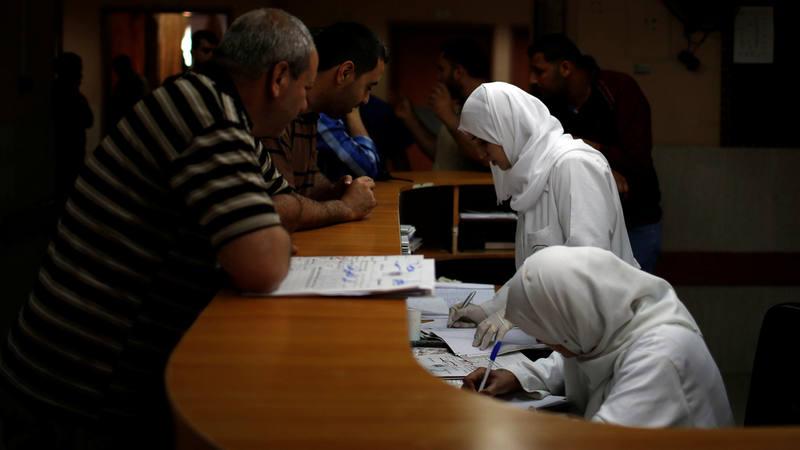 Trabajadores sanitarios atienden a los pacientes en un hospital de Gaza