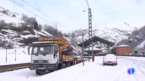 El tráfico ferroviario entre Asturias y León sigue suspendido por la acumulación de nieve