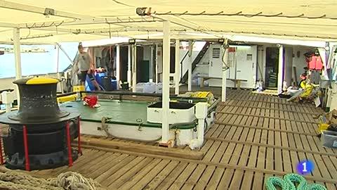 La tripulación del Open Arms pone a punto el barco para regresar al mar