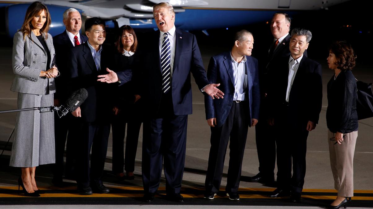 Trump recibe a los tres estadounidenses liberados por Corea del Norte