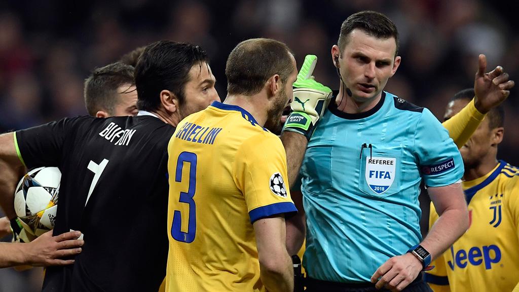 """La UEFA """"condena enérgicamente"""" el acoso sufrido por Michael Oliver y su esposa"""