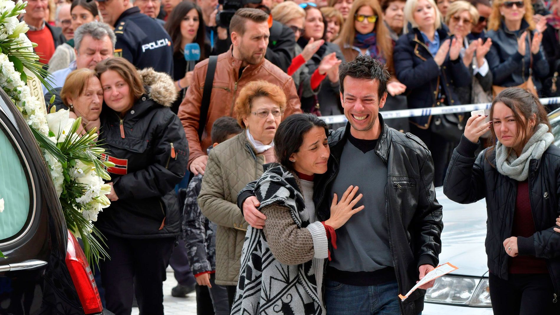 Unas 5.000 personas dan el último adiós a Gabriel Cruz en la Catedral de Almería