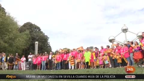 Unas cien personas se concentran junto al Atomium de Bruselas para pedir la independencia de Cataluña