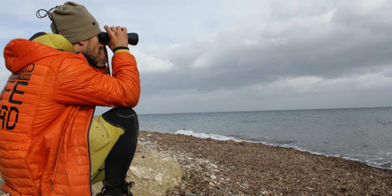 Uno de los bomberos voluntarios de Proem-Aid vigilando la costa de Lesbos a principios de enero.
