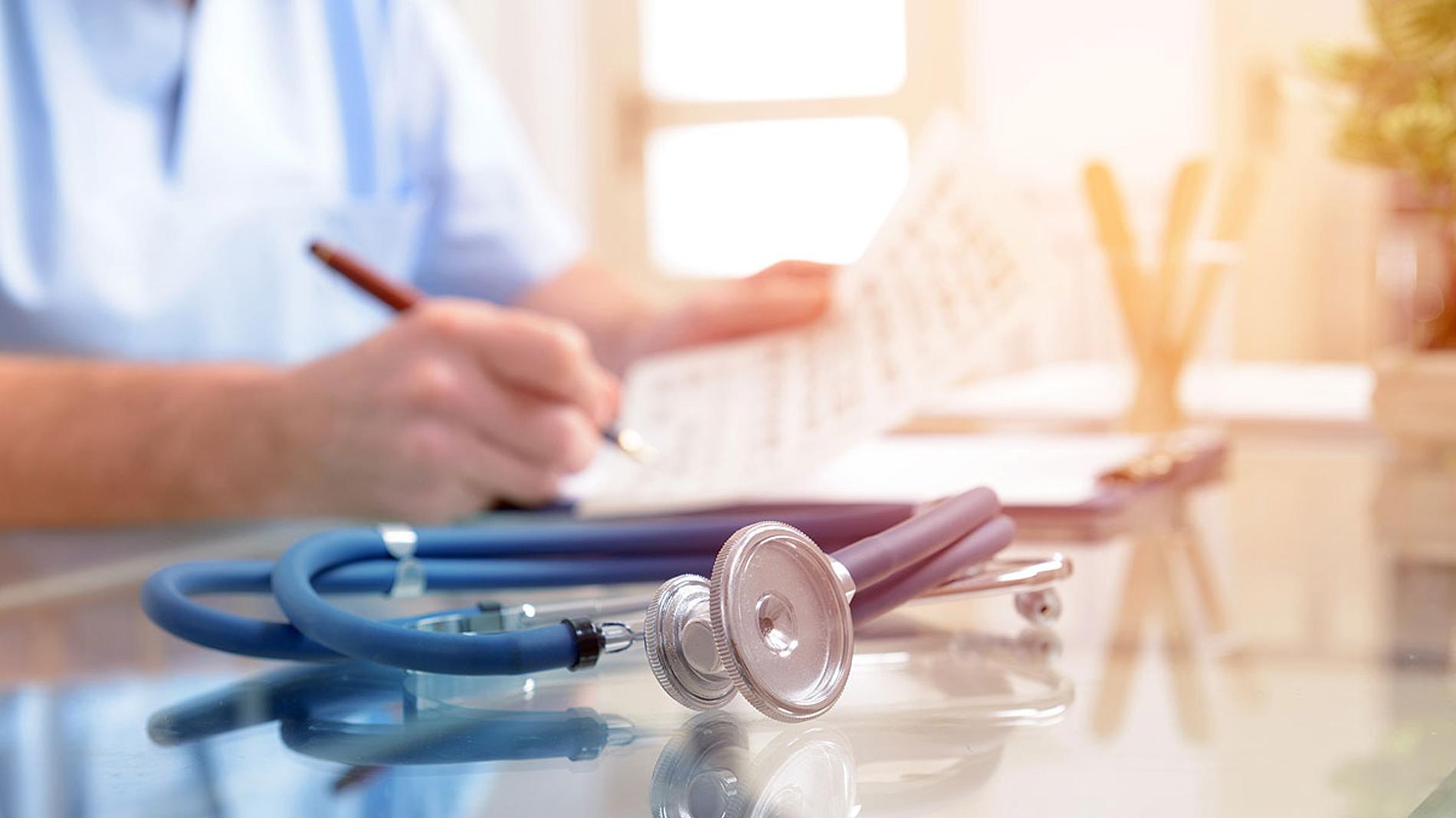 Resultado de imagen de Casi 400 médicos y científicos piden a Sanidad que actúe contra las pseudociencias
