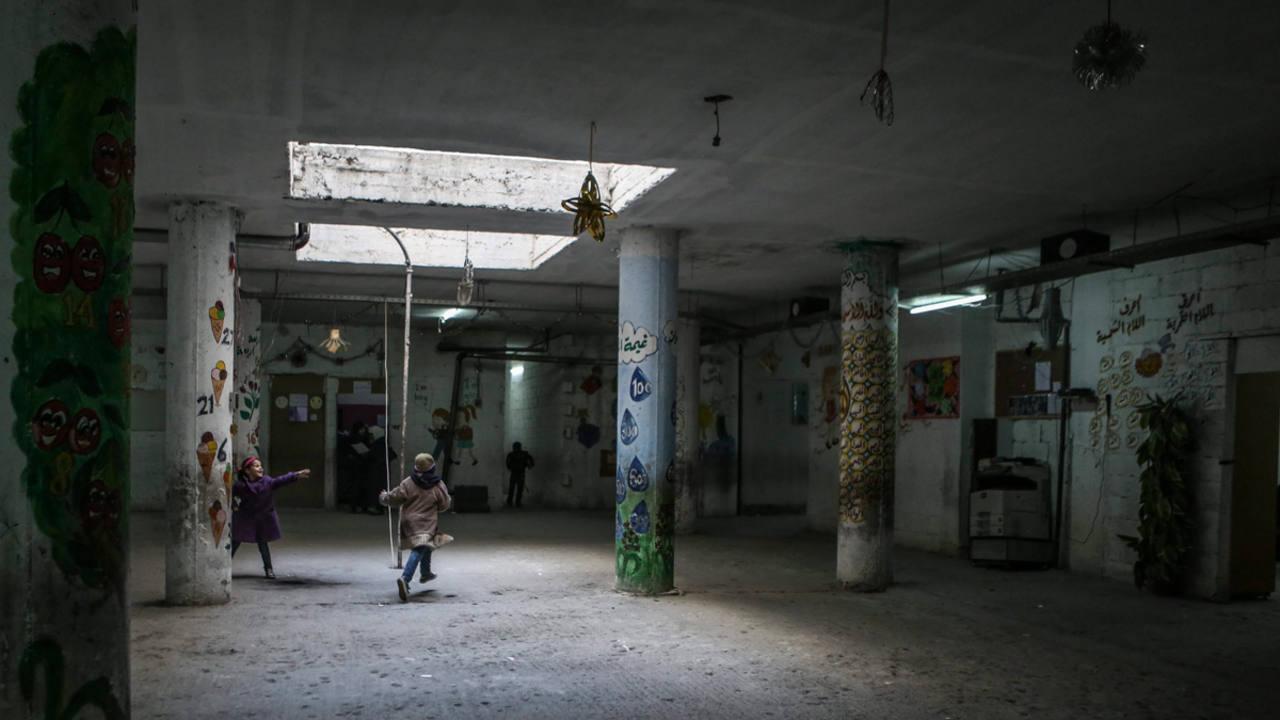 Unos niños juegan en un colegio en el barrio de Al-Qaboun de Damasco (Siria)