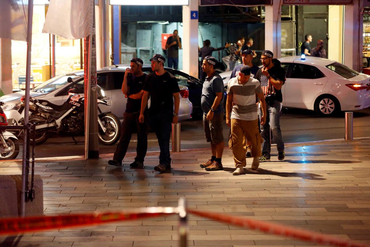Varios agentes de las fuerzas israelíes aseguran la zona en la que se ha producido el ataque en Tel Aviv